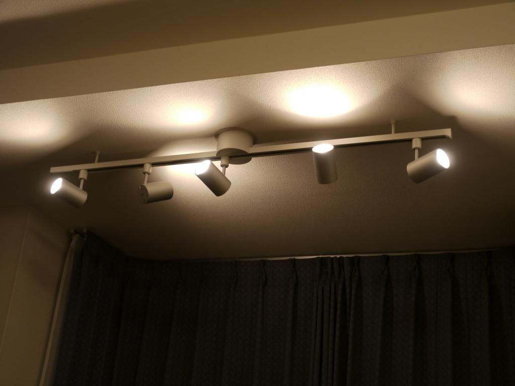 真っ白な壁面に向けてL-CUBE スポットライト(スーパーワイド配光)を照射し、明るく清潔な雰囲気を演出している。